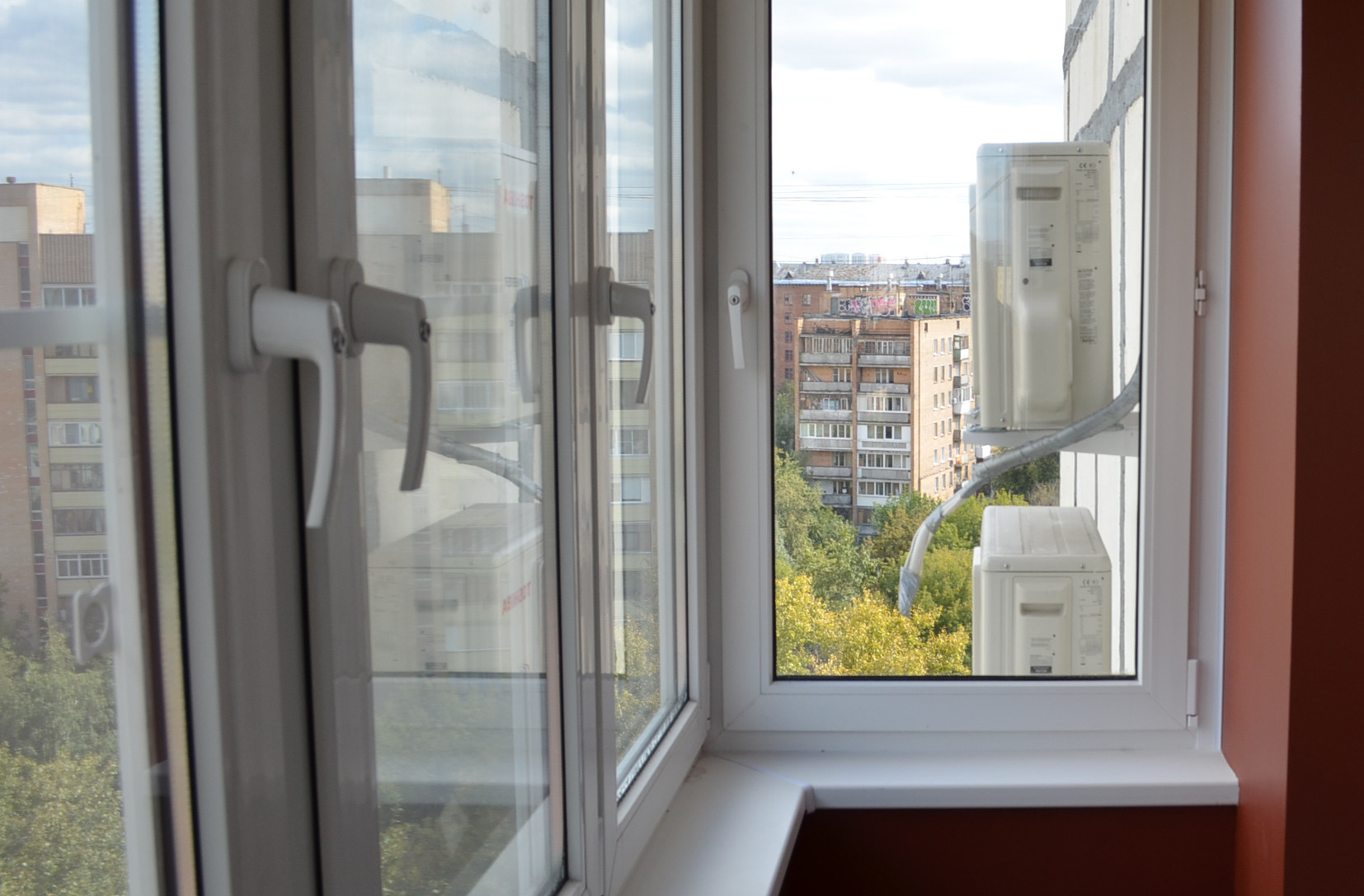 Распашное остекление балкона..