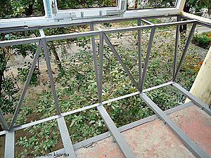balkon-s-vinosom-po-polu